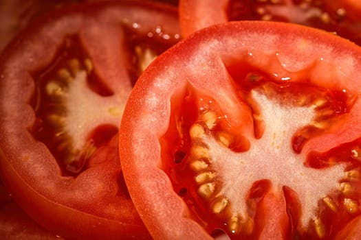 pomodori rossi a fette