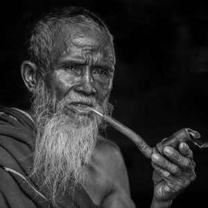 anziano che fuma la pipa